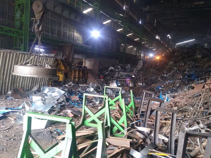 Arbetsyta av stål, tubdelning i Indien, skrotat material royaltyfri foto
