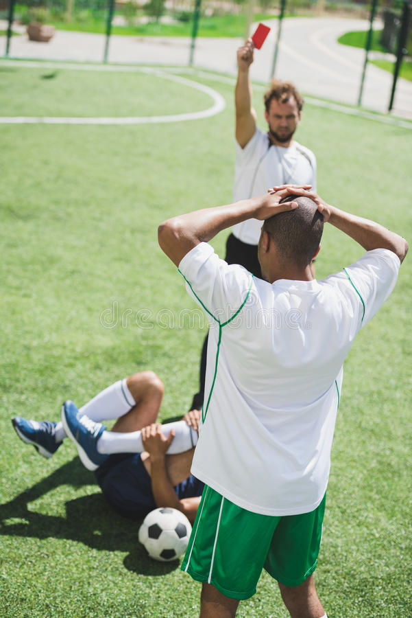 Arbiter pokazuje czerwoną kartkę gracz piłki nożnej zdjęcie stock