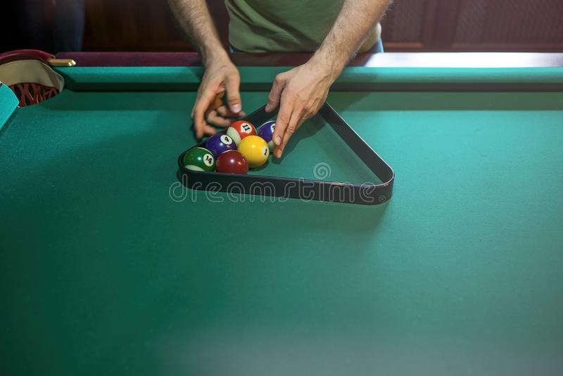 Arbiter przygotowywa bilardowe piłki na basenu stole obrazy stock