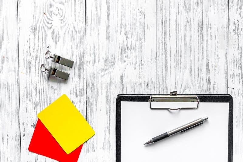 Arbiter przygotowywa rywalizacja Kolor żółty i czerwone kartki, gwizd na drewnianym tło odgórnego widoku copyspace zdjęcie stock