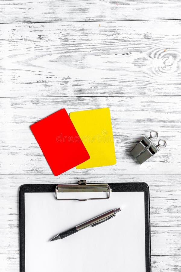 Arbiter przygotowywa rywalizacja Kolor żółty i czerwone kartki, gwizd na drewnianym tło odgórnego widoku copyspace obrazy royalty free