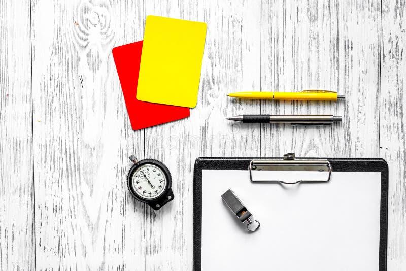 Arbiter przygotowywa rywalizacja Kolor żółty i czerwone kartki, stopwatch, gwizd na drewnianym tło odgórnego widoku copyspace zdjęcie royalty free