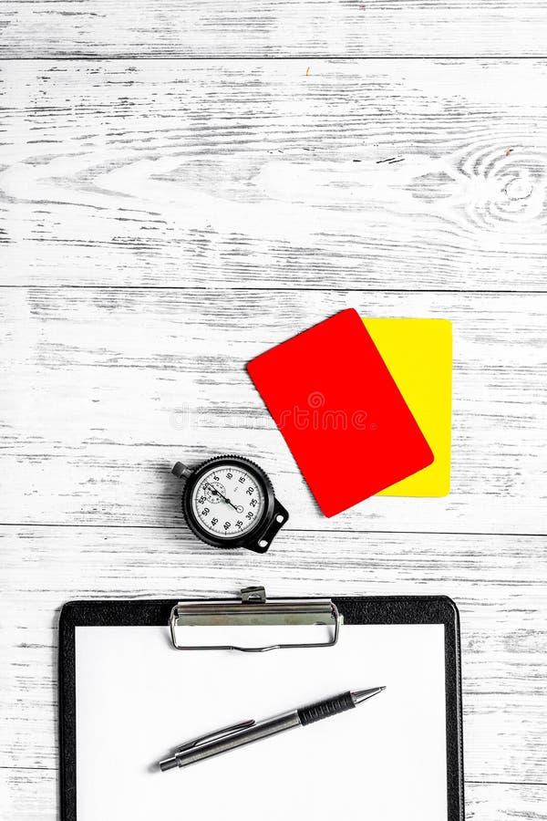 Arbiter przygotowywa rywalizacja Kolor żółty i czerwone kartki, stopwatch na drewnianym tło odgórnego widoku copyspace obraz royalty free