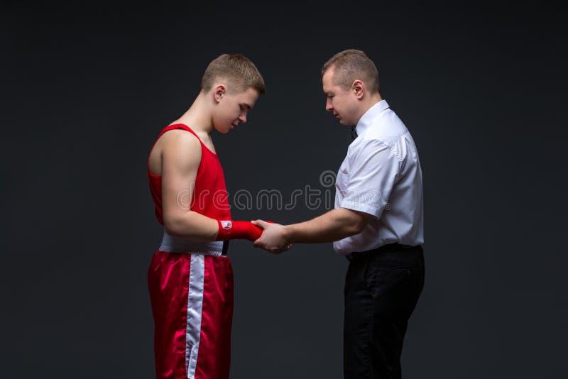 Arbiter sprawdza młodego boksera zdjęcie stock