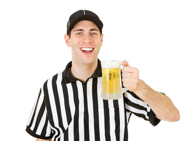 Arbiter: Trzymać kubek piwo obraz stock