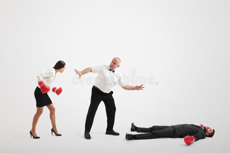 Arbiter trzyma gniewnego bizneswomanu zdjęcie stock