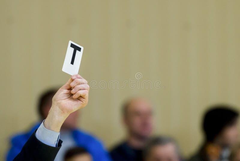 Arbitrów przedstawień karta podczas stołowego tenisa dopasowania zdjęcie stock