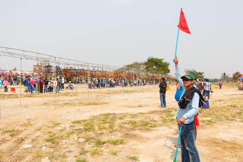 Arbitra chwyta czerwona flaga i daje sygnałowi wewnątrz  obraz stock