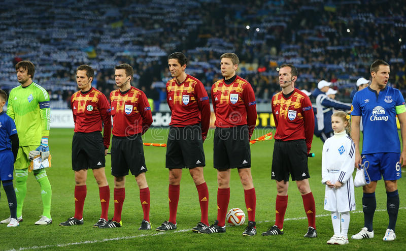 Arbitres et capitaines se tenant dans la ligne avant le rond de ligue d'Europa de l'UEFA de la seconde correspondance de la jambe photos stock