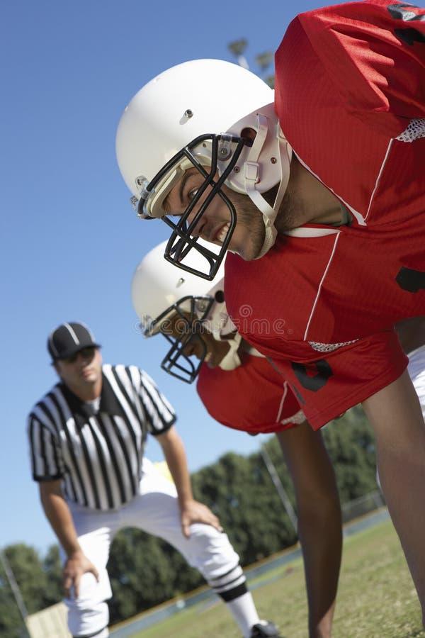 Arbitrez les joueurs de football de observation photos stock