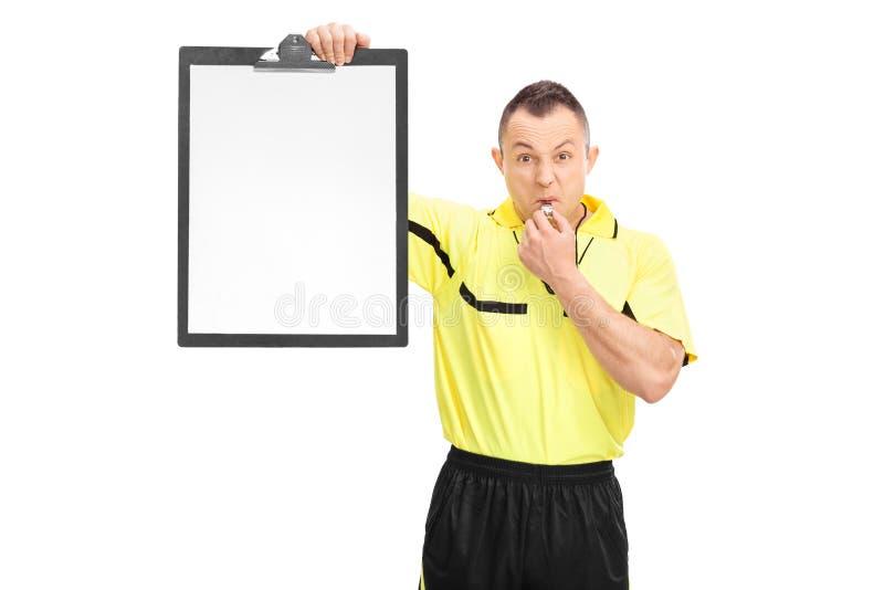 Arbitro arrabbiato di calcio che tiene una lavagna per appunti fotografie stock