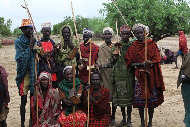 Arbore族群的非洲人与部族衣裳的在村庄 免版税图库摄影