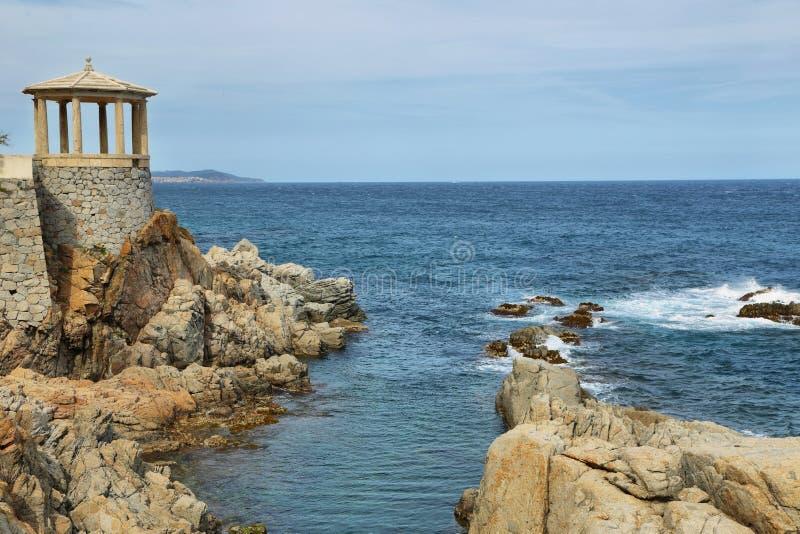Arbour w kwadracie blisko do morza w Sagaro, Catalonia, Hiszpania fotografia stock