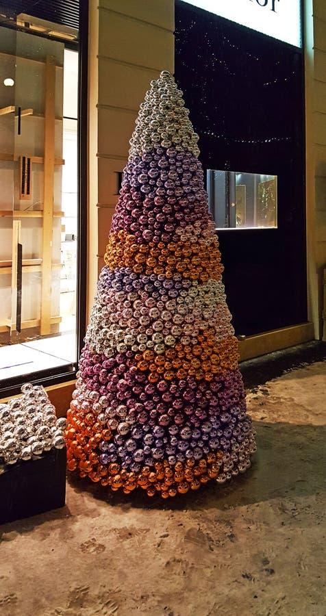 Arbre à feuilles persistantes de Noël fait de boules colorées brillantes en hiver photographie stock libre de droits