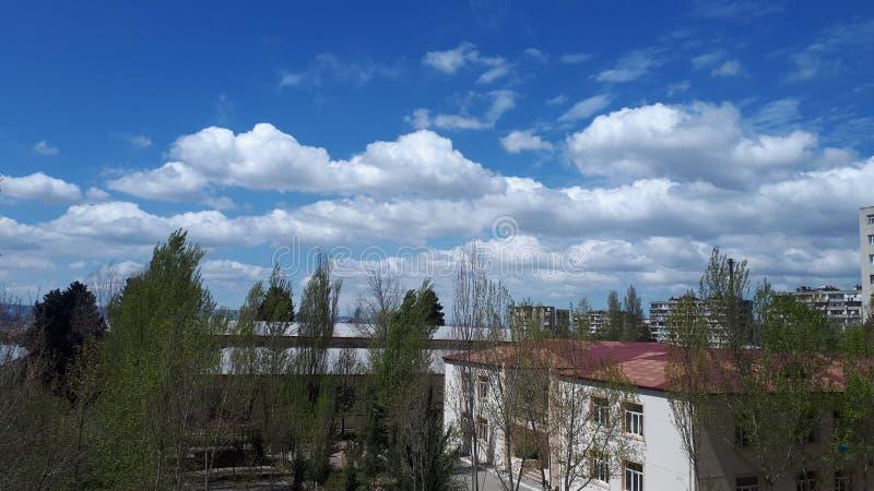 Arbre Azerbaïdjan d'école de maison de bulud de SIS de bleu de ciel image libre de droits