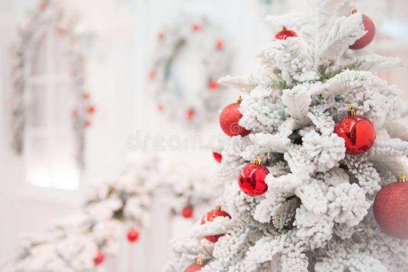 Arbre blanc de neige de Joyeux Noël et de bonne année avec la boule rouge images stock