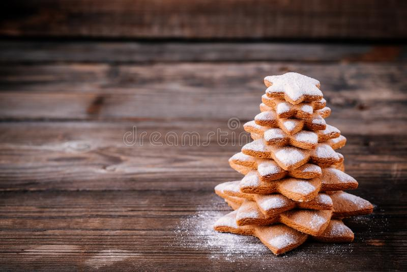 Arbre cuit au four fait maison de pain d'épice de Noël avec du sucre glace image stock