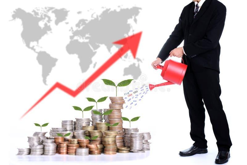 Arbre de arrosage d'argent d'homme d'affaires pour le concept croissant d'argent images libres de droits