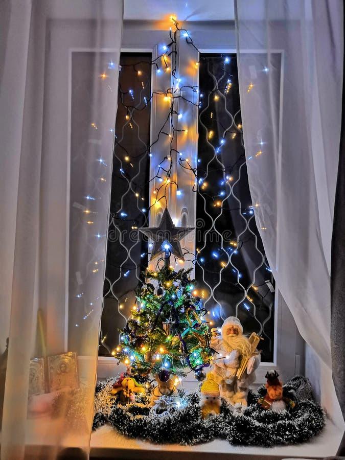 Arbre de Noël à la maison bienvenu avec Santa et décorations lumineuses image libre de droits