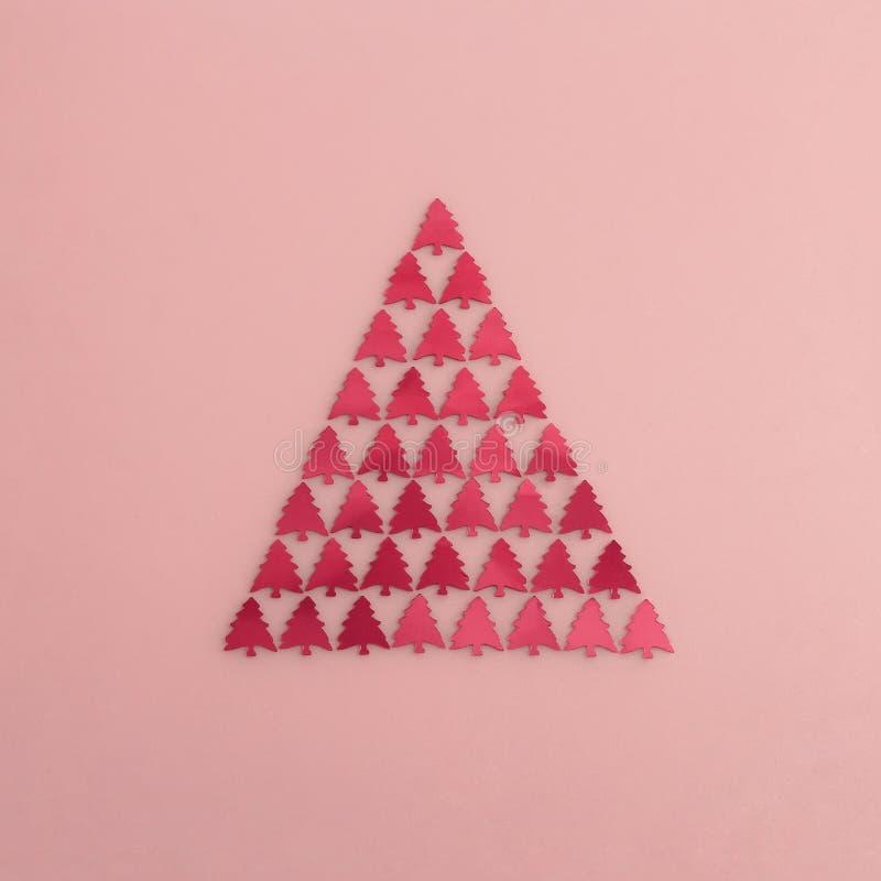 Arbre de Noël abstrait rose fait de confettis photographie stock