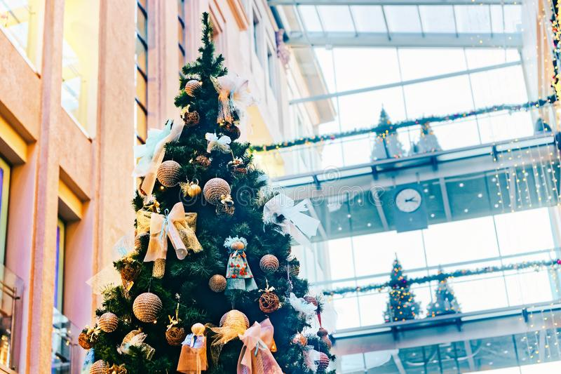 Arbre de Noël admirablement décoré dans le centre commercial à multiniveaux en hiver Riga en Lettonie images libres de droits