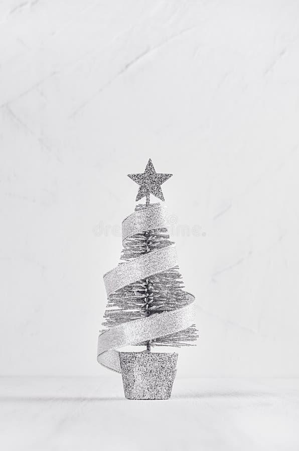 Arbre de Noël argenté, étoile, bande sur le plâtre minable blanc et fond en bois images libres de droits