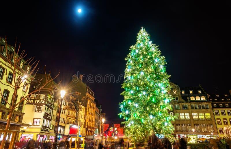 Arbre de Noël au marché célèbre à Strasbourg image libre de droits