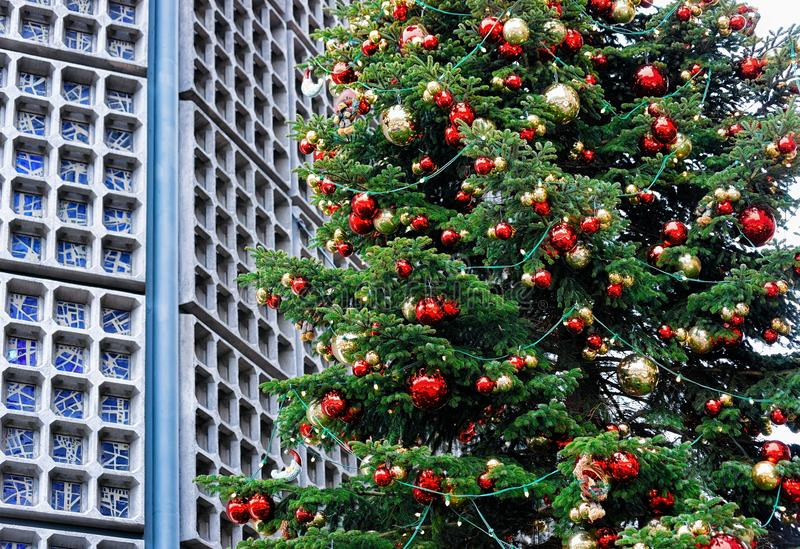 Arbre de Noël au marché chez Kaiser Wilhelm Memorial Church en hiver Berlin, Allemagne Advent Fair Decoration et stalles avec photo stock