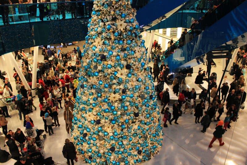 Arbre de Noël aux centres commerciaux images libres de droits