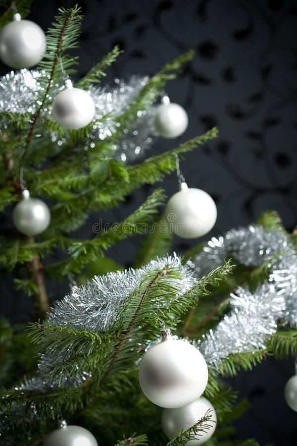 Arbre de Noël avec des billes et des réseaux photo libre de droits