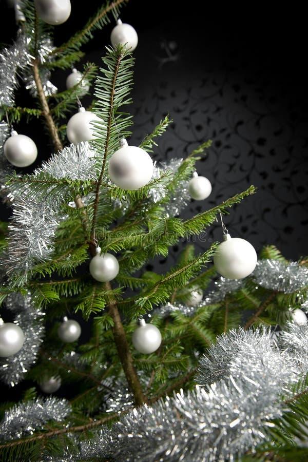 Arbre de Noël avec des billes et des réseaux photos stock