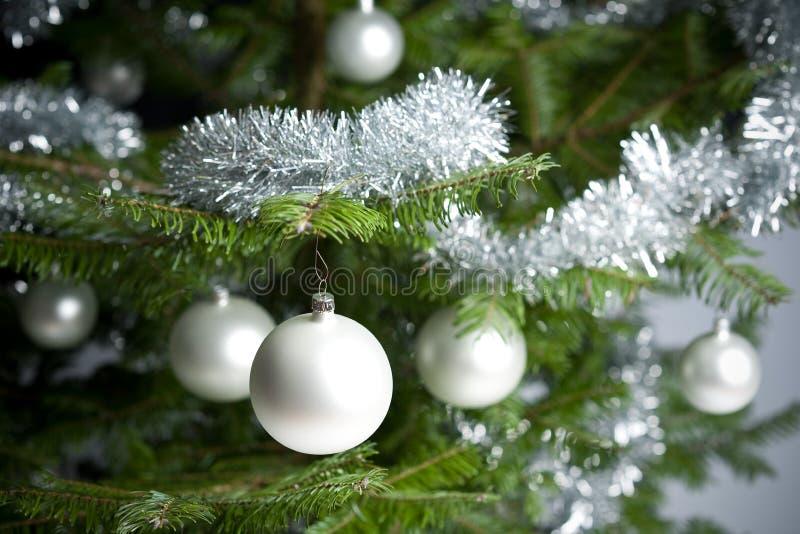 Arbre de Noël avec des billes et des réseaux images libres de droits
