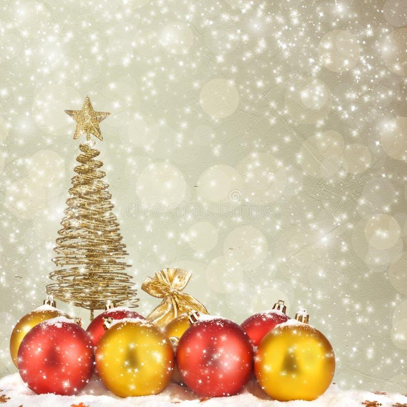 Arbre de Noël avec des billes et des sacs de cadeau illustration de vecteur