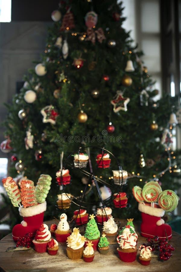 Arbre de Noël avec des biscuits, petits gâteaux, boules, bonbons, sucrerie, ornements photos stock