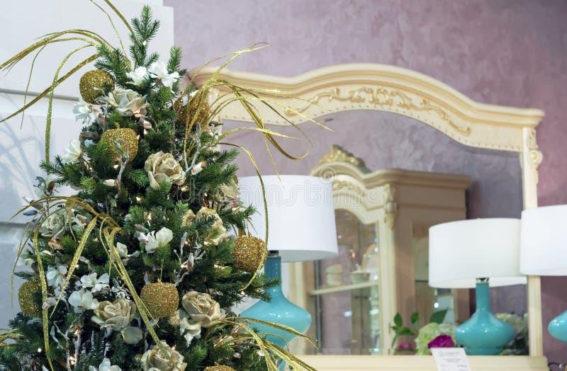 Arbre de Noël avec des décorations d'or dans l'intérieur image stock