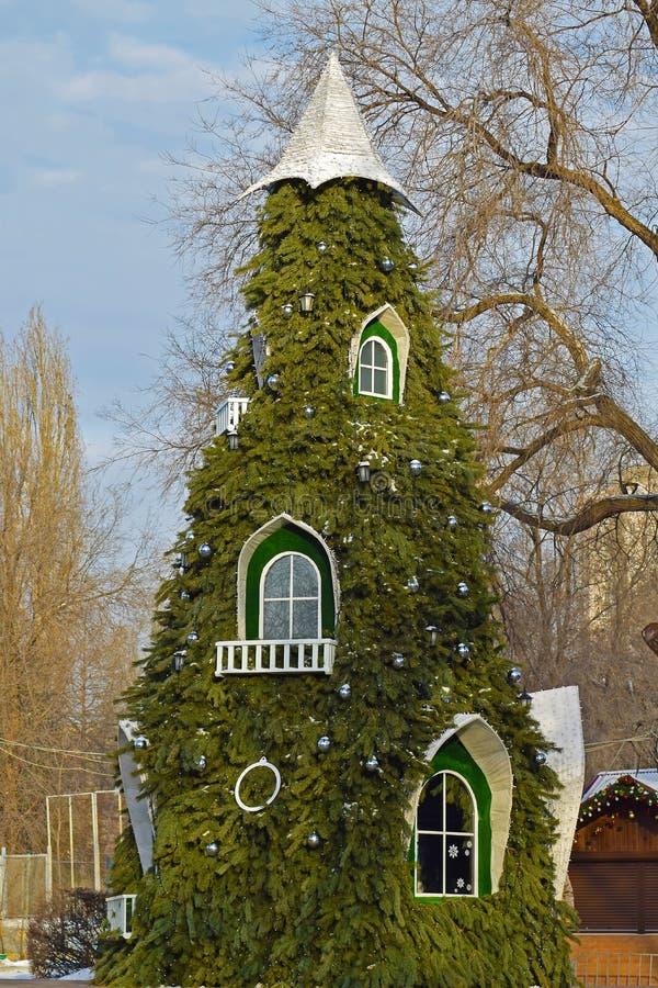 Arbre de Noël avec des fenêtres Arbre de Noël en parc de ville photos stock