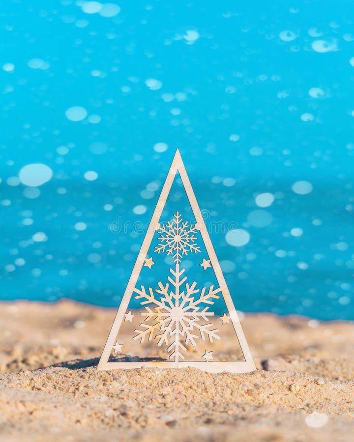 Arbre de Noël avec des flocons de neige au bord de la mer photo stock