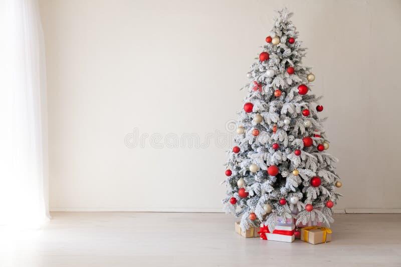 Arbre de Noël de Noël avec des présents dans une salle blanche en hiver photos libres de droits