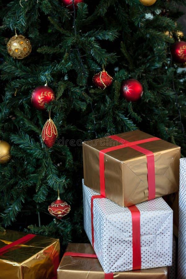 Arbre de Noël avec l'illustration de gifts images libres de droits