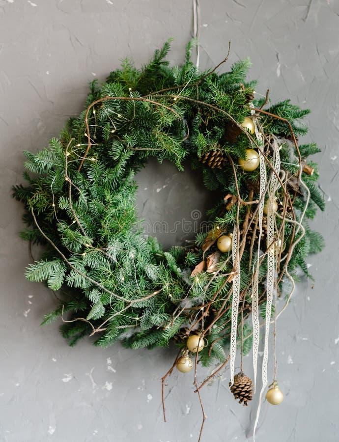 Arbre de Noël avec la décoration de fête de brindilles photo stock