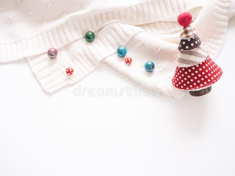 Arbre de Noël avec la saison colorée d'hiver de décoration de perles photos stock