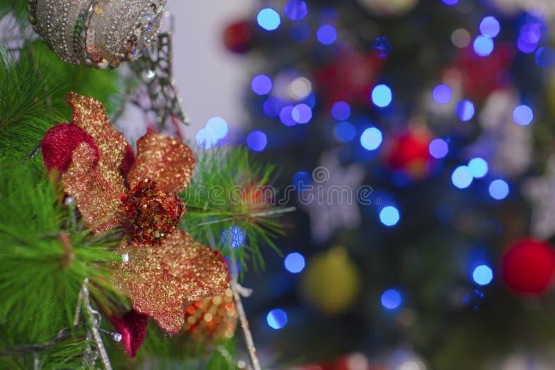 Arbre de Noël avec le bokeh de flou de lumières photo stock
