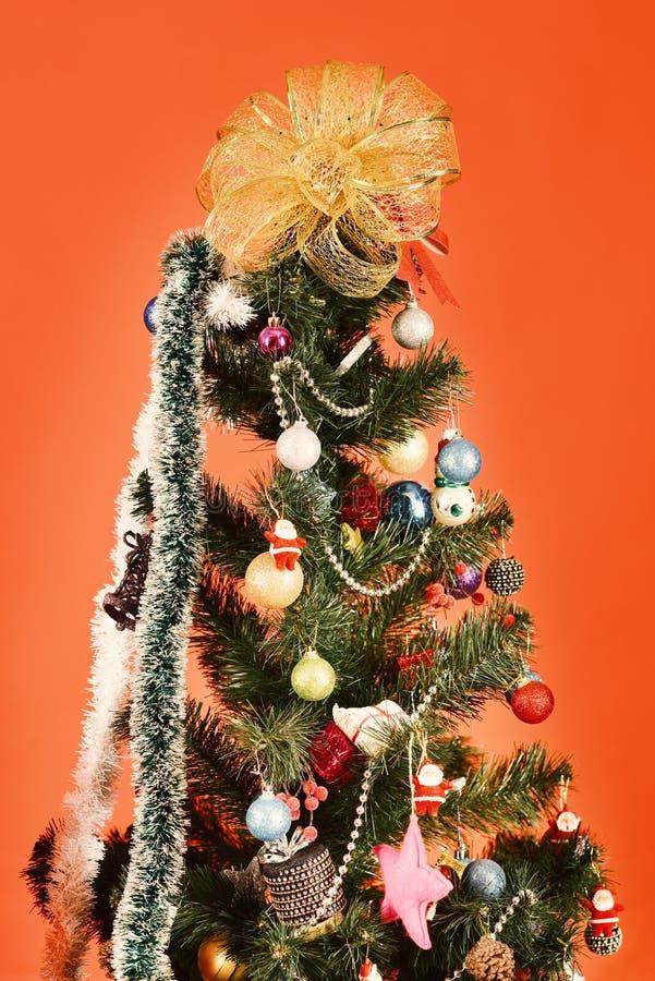 Arbre de Noël avec le décor sur le fond rouge photo stock
