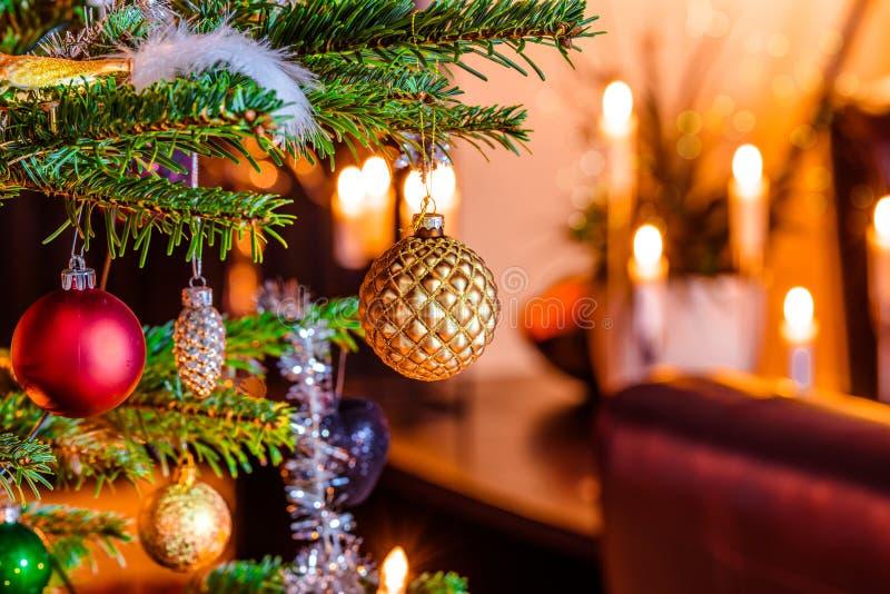Arbre de Noël avec les babioles brillantes photographie stock