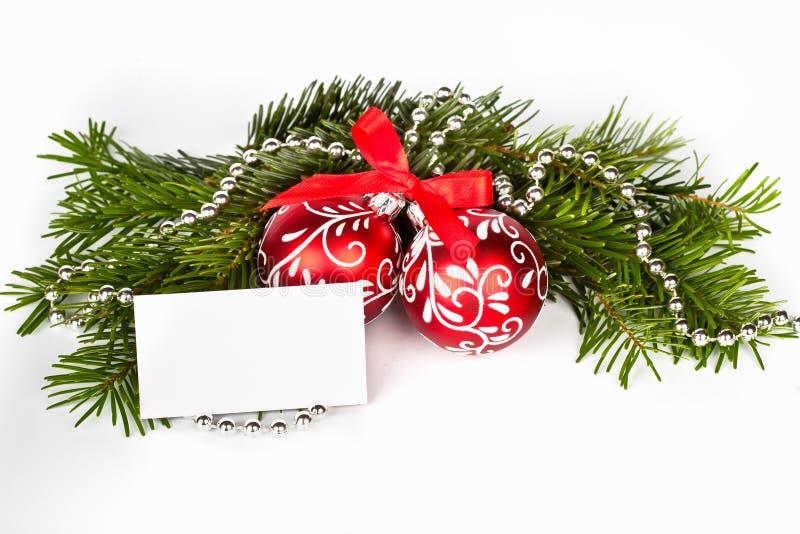 Arbre de Noël avec les billes et la carte de voeux rouges photographie stock libre de droits