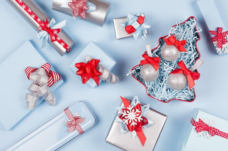 Arbre de Noël avec les boules de scintillement et les boîte-cadeau, décorations dans la couleur métallique bleue et argentée en p photo stock