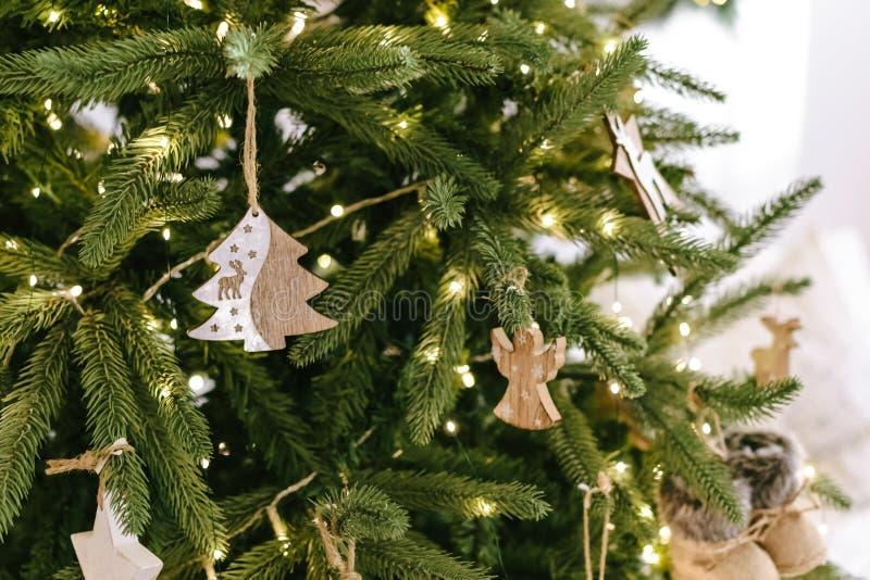 Arbre de Noël avec les décorations rustiques en bois dans l'intérieur de grenier images libres de droits