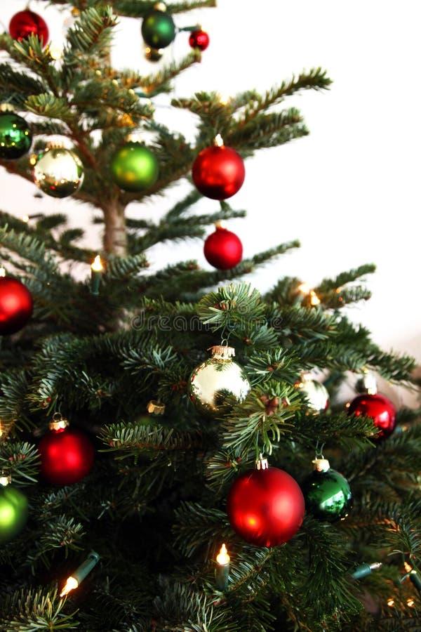 Arbre de Noël avec les globes rouges et verts photo stock