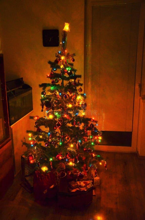 Arbre de Noël avec les lumières de scintillement photographie stock