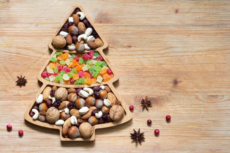 Arbre de Noël avec noix et fruits secs sur fond de bois photographie stock libre de droits